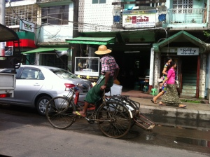 Myanmar rue taxi Yangon trishaw